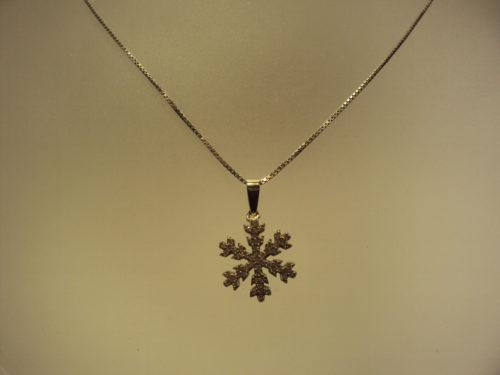 Estrella de nieve con cadena de plata 45€