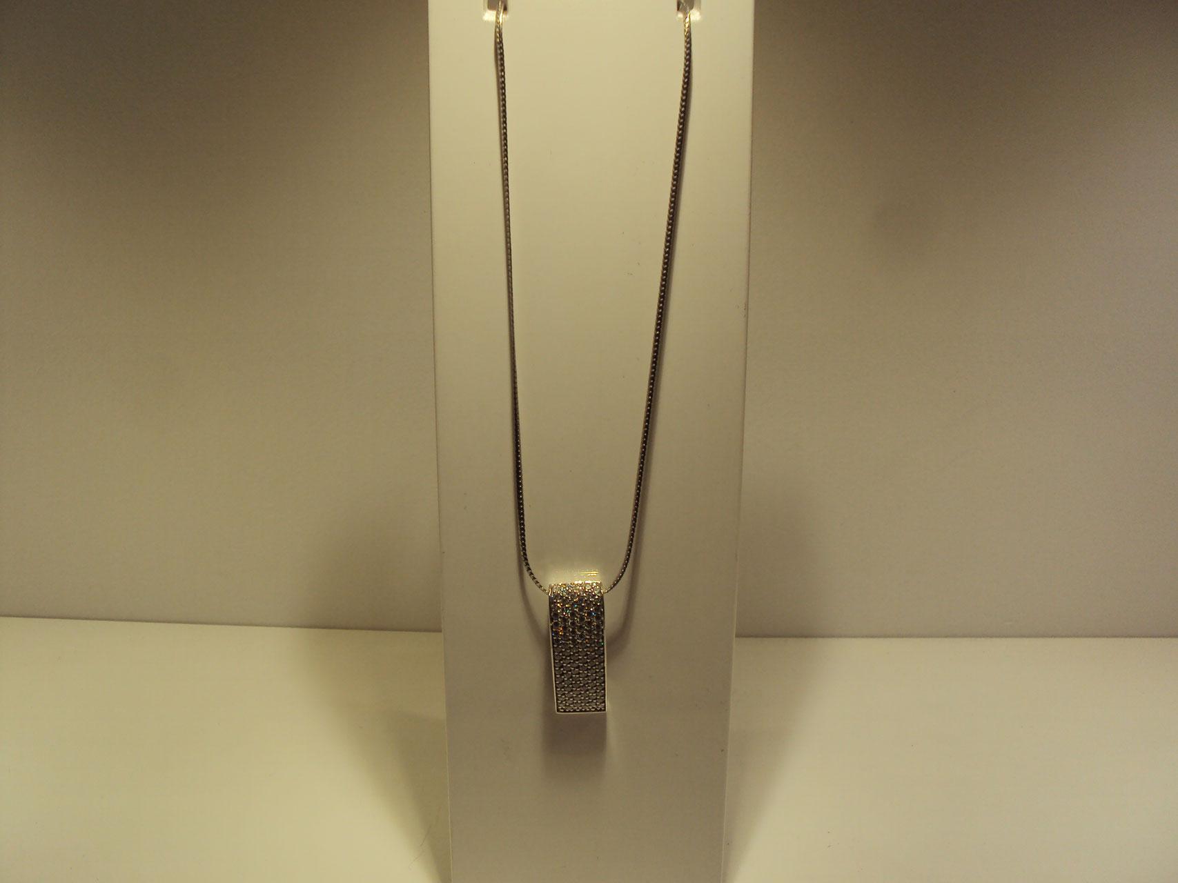 Cadena y colgante rectangular de circonitas.169€