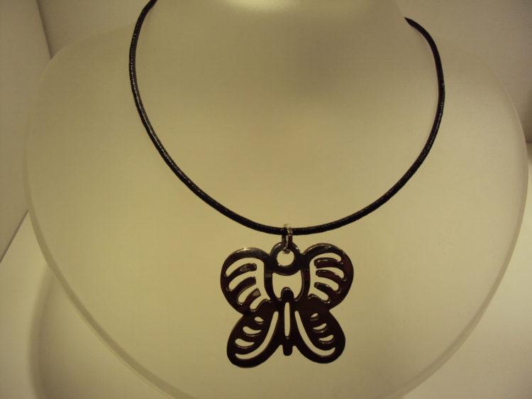 Colgante de plata en forma de mariposa con caucho negro 50€