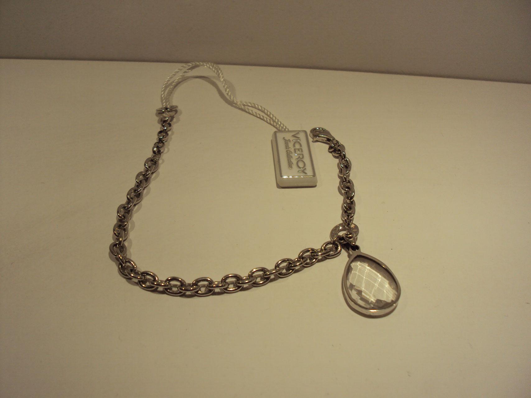 Pulsera de plata con colgante en forma de lágrima.79€