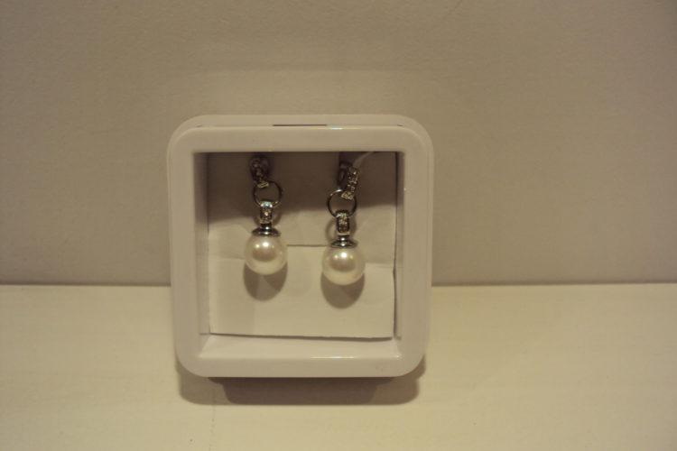 Pendientes colgantes de acero con perlas y circonitas.24€