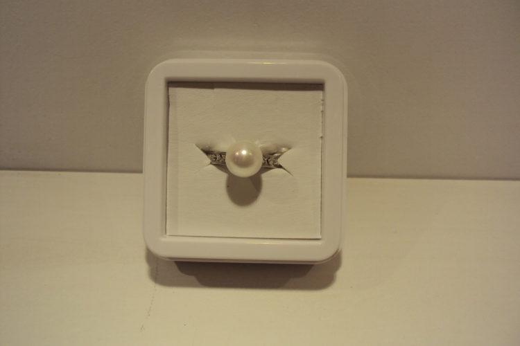 Anillo de acero con perla y circonitas.19€