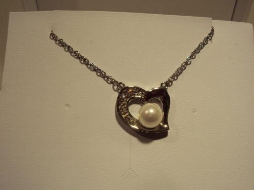 Colgante de acero corazón con perla.24€