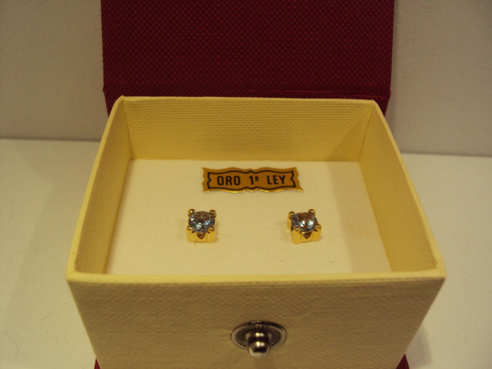 Pendientes unisex oro blanco,circonitas cuadradas 75 euros