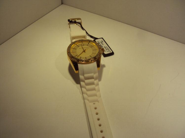 Reloj dorado con correa de goma blanca 39€