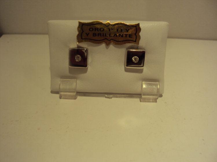 Pendientes de oro blanco mate y brillo con circonita central 280 euros