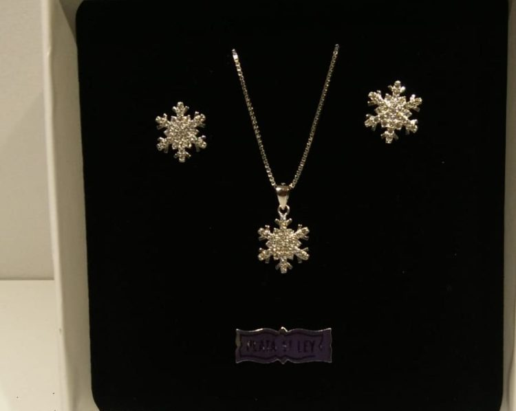 Colgante y cadena Liska con forma de estrella de nieve Joyería Susy en El Prat de LLobregat Colgante y cadena con pendientes de plata de primera Ley de la marca Liska, con forma de estrella de nieve con circonitas. El conjunto sale por 49€